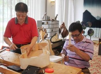 迷上提琴工藝 打造獨一無二手工琴