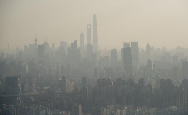 WHO研究發現,深入肺部的細懸浮微粒每年會造成320萬人夭折。圖為上海嚴重空汙。(AFP)