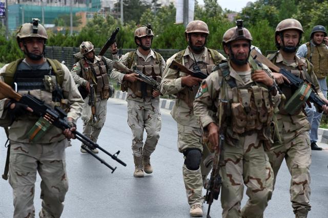 塔利班好戰分子今天( 22日)攻擊阿富汗國會,槍砲和巨大爆炸撼動國會建築,最後7名塔利班槍手全被擊斃。(SHAH MARAI/AFP/Getty Images)