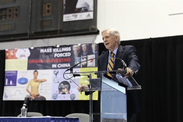 加拿大前亞太國務卿大衛.喬高在「2015年加拿大人文和社會科學的年會」的座談上講述了他和國際人權律師大衛.麥塔斯長達九年的調查,以及在打擊強摘器官方面的努力。(記者梁耀/攝影)