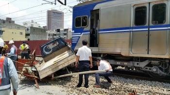 小貨車撞電聯車 2350人受影響
