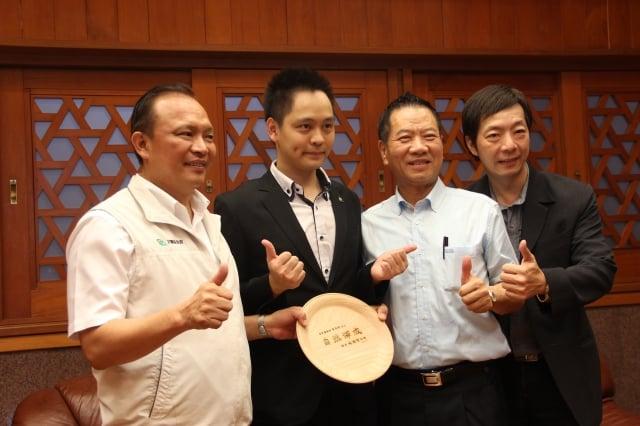 縣長林聰賢(左1)接見黃信凱(左2)師徒,右1為粘立人。(記者謝月琴/攝影)