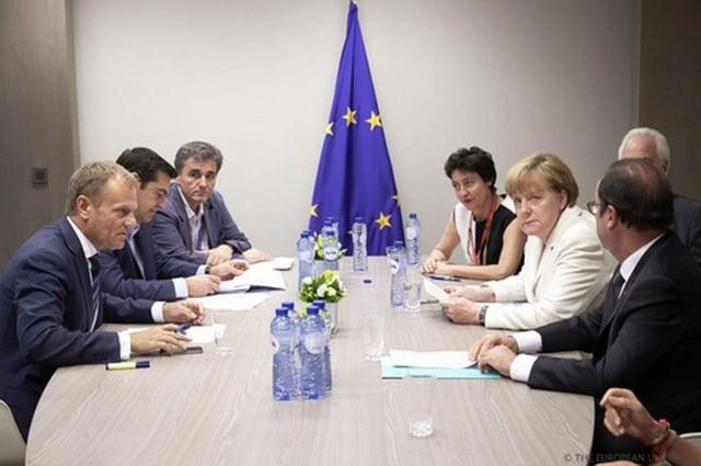 歐洲理事會主席圖斯克(左1)、希臘總理齊普拉斯(左2)、法國總統歐蘭 德(右1)與德國總理梅克爾(右2)徹夜協商,得出妥協方案。(中央社)