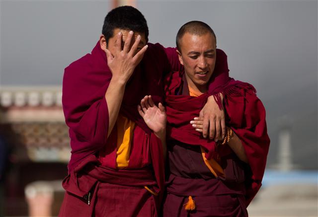 人權組織指出,中共的護照政策將西藏人分成下等公民,不但申請護照程序與漢人不同,事實上大多數人也根本申請不到護照。圖為迪慶藏族自治州香格里拉市的兩名西藏僧人。(DALE de la REY / AFP)