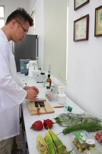 苗栗生化檢驗站 檢測蔬果農藥殘留