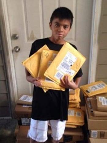 沒錢買書改讀廣告單 郵差幫男孩募百本書