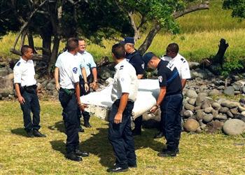 疑似MH370殘骸將被送往法國 又發現一行李箱