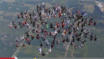 破世界紀錄! 164跳傘員高空牽手「綻巨花」