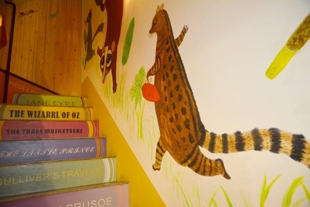布藍里親食烘焙館彩繪的壁畫,把麝香貓、白鼻心畫在牆上。(攝影/玫玲)