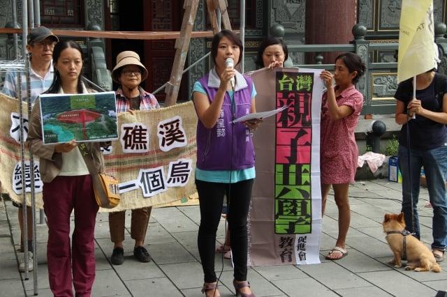 宜蘭立委參選人孫博萮(左)、議員薛呈懿(中)反對遠雄五峰旗開發案。(記者謝月琴/攝影)