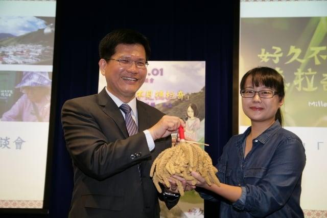 導演莎韻•西孟(右)回贈紀錄片雅鳳奶奶親手復育種植的小米,給市長林佳龍(左),表示與朋友分享豐收。(記者黃玉燕/攝影)