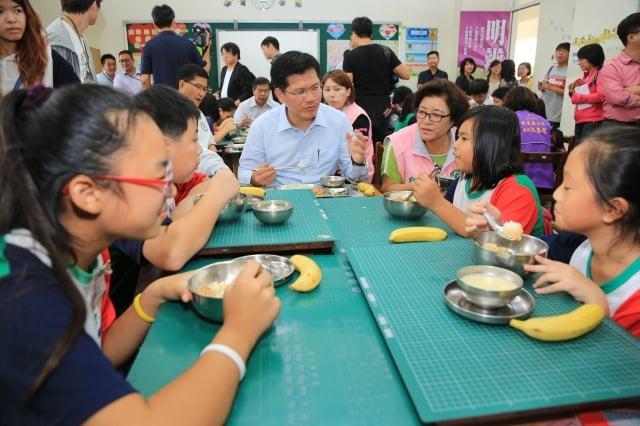 台中市長林佳龍(中)與成功國小602班師生共進午餐。(台中市政府提供)