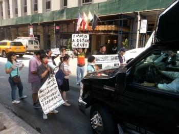 張德江紐約遇訪民抗議