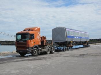 機捷三列新車續扺台 500噸超重吊車出馬