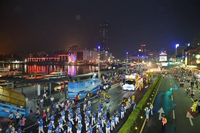 法輪大法遊行隊伍,通過基隆港口的觀禮台前,受到民眾熱烈的鼓掌歡迎。(記者林志彥/攝影)