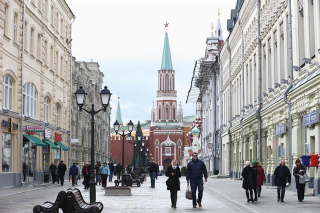 旅遊與休閒雜誌(Travel+Leisure)選出今年的全球最不友善城市前30名,俄羅斯的莫斯科居首。本圖為俄羅斯莫斯科的克里姆林宮附近商場。(Andreas Rentz/Getty Images)