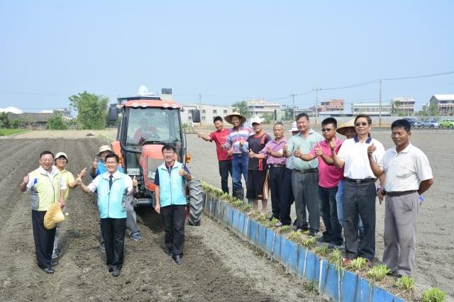 農業局長王俊雄(左1)、議員楊典忠(左2)、王立任(左3)與契作農民一起下田。(記者賴瑞/攝影)