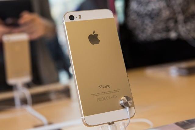 報告發現,紐約人工作24小時可賺到足夠的錢買iPhone 6,而台北人需要工作69.2個小時。(AFP)