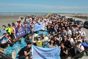 華航志工社年度淨灘 空姐也挺身做環保