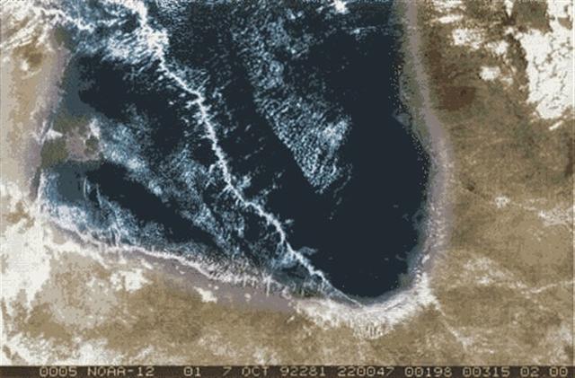 從衛星上拍攝卡奔塔利亞灣的晨輝。(圖片來源:維基百科)