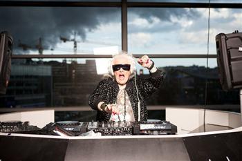 年近七旬老太創傳奇 成炙手可熱DJ