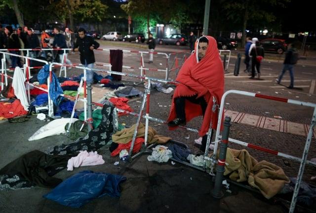 德國柏林難民收容中心廣場,大批難民留下的垃圾,現場髒亂一片。(AFP)