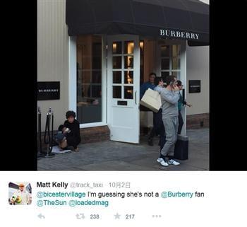 中國大媽抱男童在英名店前大便 網上沸騰