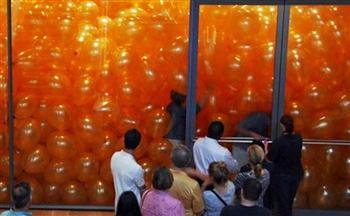 100名成年人進入堆滿氣球的房間 接下來的事情將改變你的人生觀