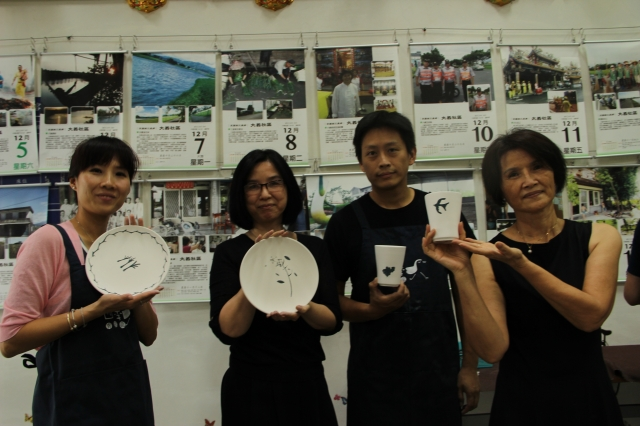 學員與作品合照。(記者謝月琴/攝影)