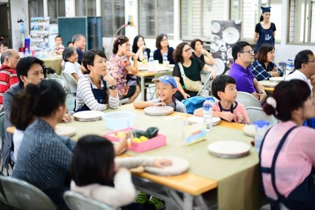 參與活動的鄉親們聚精會神聽課。(李哲榮提供)