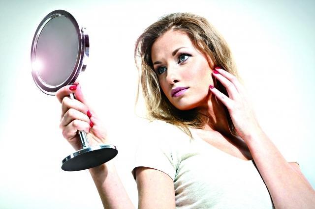 紫外線會讓皮膚發紅、產生紅斑,甚至色素沉澱等症狀,同時是環境因子中造成我們老化的主要因素,因此,每天早上保養重點放在防晒。(Fotolia)