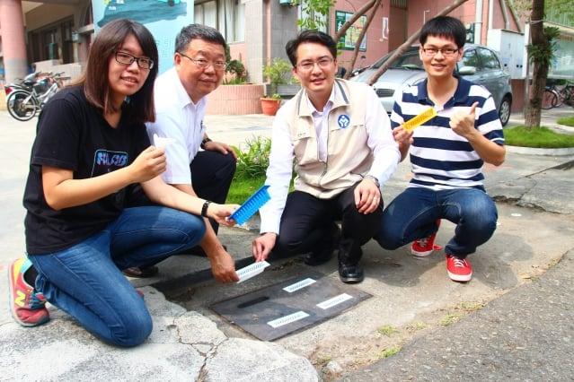 雲嘉南分署長柯呈枋(右2)、設計者張家豪(右1)、許翊萱(左1)捐贈「蚊子邁罩」給里長蔡崇名(左2),一起對抗登革熱 。(記者賴友容/攝影)