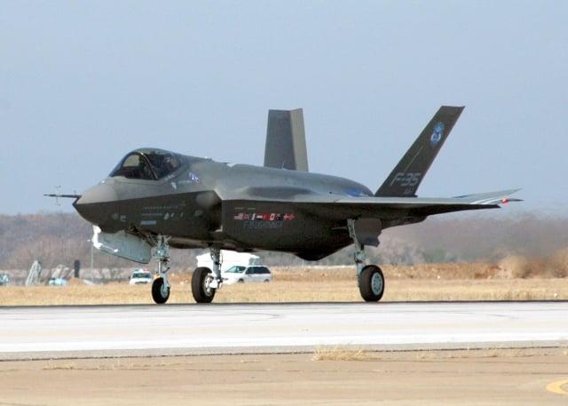 中共大量剽竊美、俄的武器設計,但基於剽竊技術所製造的武器,其性能令人懷疑。圖為F-35戰鬥機。(AFP)