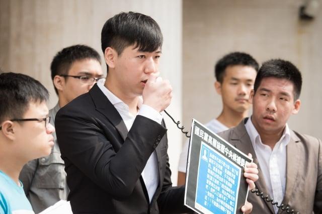 白色正義聯盟創辦人吳柏瑋(前左2)28日宣布加入由太陽花學運參與者王奕凱(右1)發起的「拆車輪計畫」,並表示國民黨黑箱「換柱」讓他澈底失望。(記者陳柏州/攝影)