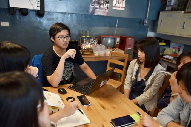 趙浩宏(穿黑色上衣者)與夥伴們開編輯會議。(趙浩宏提供)