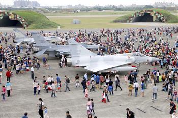 組圖:新竹空軍基地開放參觀湧10萬人潮