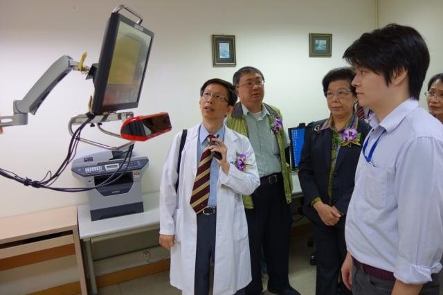 中部第一家「罕見神經退化疾病照護中心」25日在台中醫院揭牌,邀監察院長張博雅(左3)見證。(記者黃玉燕/攝影)