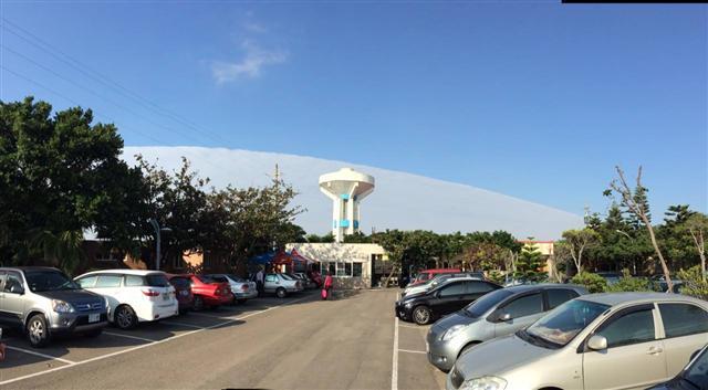 12日下午,新竹市香山區出現「陰陽天」,如同一個超大型白色巨蛋掛在天邊。(民眾提供)
