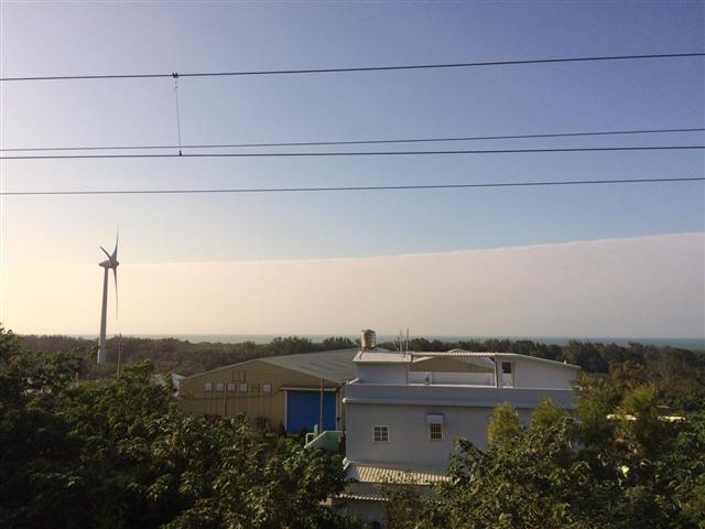 12日下午,新竹市香山區出現「陰陽天」。(張育華提供)