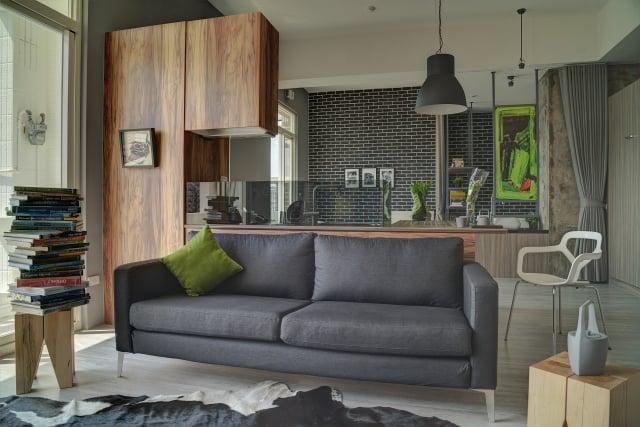 沙發背靠與料理檯面的整合設計,在半高的尺度裡,逐步開展深邃的景深。(克俐凱文建築空間設計公司提供)