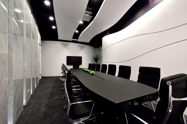 阿波羅國際公司辦公室新穎流動的設計,圖為會議室一隅。(克俐凱文建築空間設計公司提供)