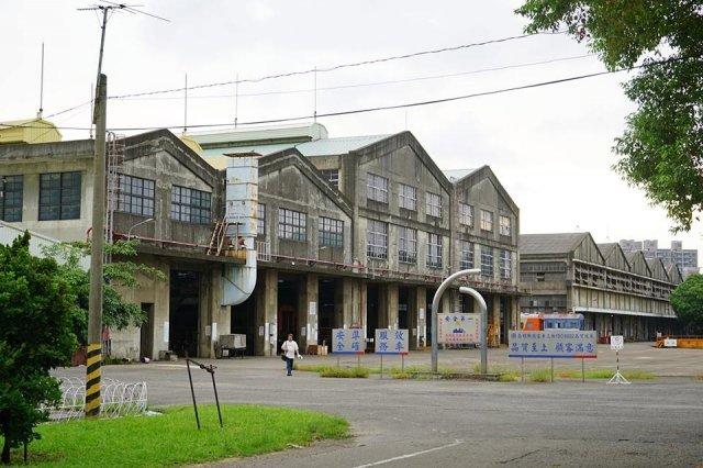 高雄機場一座座壯觀廠房,就文化保存立場,仍可具有商業價值。(打狗文史再興會社 陳坤毅提供)