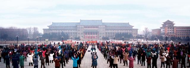 1999年7月以前,在中國有上億人修煉法輪功,身心受益。圖為吉林省長春市地質宮前的煉功景象。(明慧網)