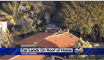 【影片】加州離奇車禍 轎車飛身上房頂