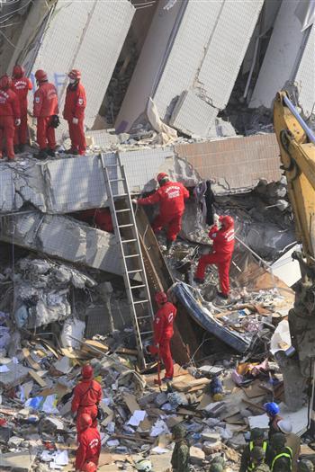 台南地震 男子爬出瓦礫堆大呼救女友