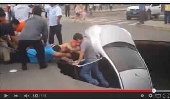 【影片】天坑吞噬汽車 路人救了一家三口