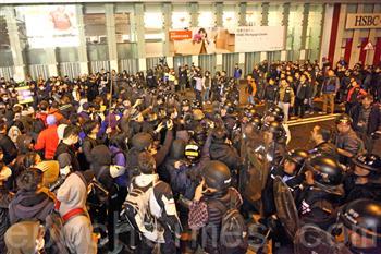 【影片】年初一香港旺角發生警民衝突 警察兩度鳴槍