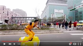 【影片】「孫悟空」駕觔斗雲現身台北街頭 驚呆路人