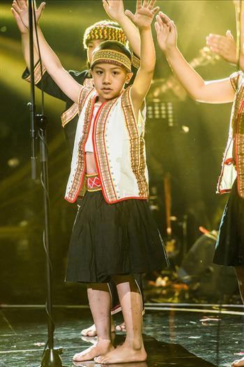 台東桃源國小原住民孩童合唱《親愛的小孩》。(潮水音樂提供)