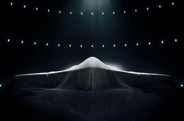美國國防部與諾斯羅普‧格魯門及雷神科技公司合作,正在研究開發終極版匿蹤隱形戰機。該機的設計理念是必須達到全機身隱形、高速、遠程、能乘載重磅導彈與武器,下一代未來戰機計劃將取代現役的B-52S及B-2等隱形戰機。(Northrop Grumman)